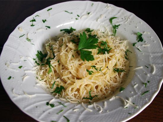 ガーリックオイルのパスタにチーズと黒こしょうをかけるだけのシンプルパスタ「カチョペペ」