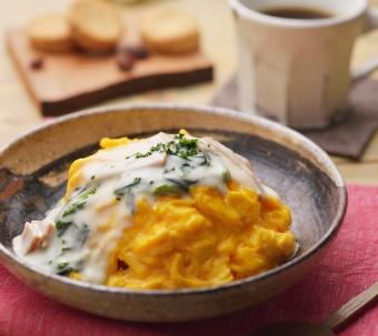 ふわふわ卵のチキンオムライス ~ ほうれん草とベーコンのホワイトソース ~|きちんとレシピ|フードソムリエ