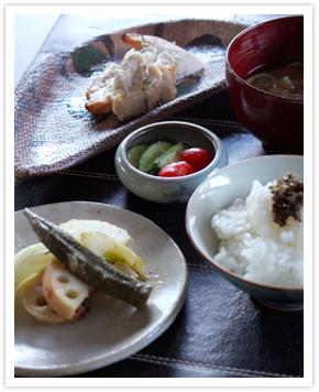 【料理写真】今日は「鶏ささみの塩麹焼き、野菜の甘酒グリル、きゅうりの三五八漬けと浸しトマト、おぼろ昆布と庄内麩のお味噌汁、ご飯としその実のしょうゆ漬け」