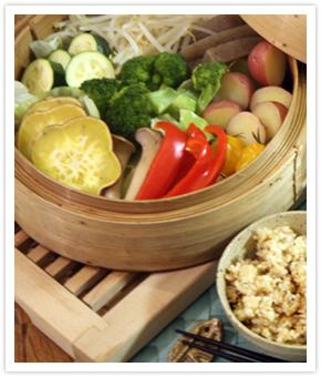 【料理写真】蒸し野菜を手作りのゴマダレとポン酢で