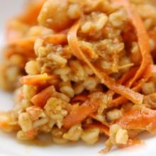大麦と人参、桜エビのサラダ