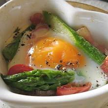 グリーンアスパラガスと卵のココット焼き