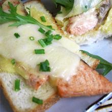 とろーりオープン鮭サンド