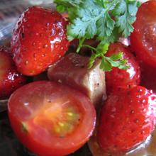 霜降りまぐろとトマトとイチゴのマリネ