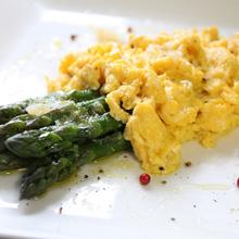 アスパラとフワフワ卵
