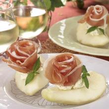 洋ナシとクリームチーズの前菜 生ハムのバラを添えて