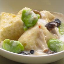揚げだし豆腐 カニと空豆のミルクあんかけ