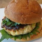 豆腐チキンハンバーグと大葉の八丁味噌バーガー