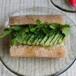 アボカドとクレソンのサンドイッチ